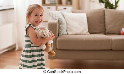 szczęśliwy, dziewczyna niemowlęcia, z, miękkie zabawki, w...