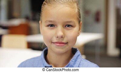szczęśliwy, dziewczyna, szkoła, piękny, preteen, uśmiechanie się