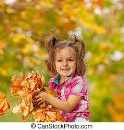 szczęśliwy, dziewczyna, z, stos, od, jesień, pomarańczowe listowie