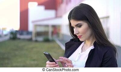 szczęśliwy, handlowa kobieta, przeglądnięcie, smartphone