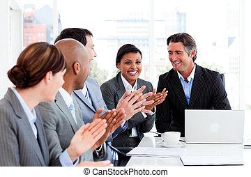 szczęśliwy, handlowy zaludniają, oklaski, w, niejaki, spotkanie