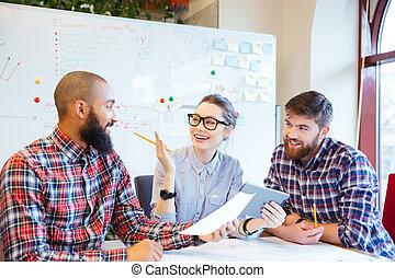 szczęśliwy, handlowy zaludniają, pracujący razem