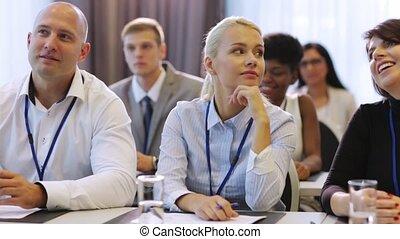szczęśliwy, handlowy zaprzęg, na, międzynarodowy, konferencja