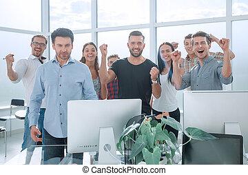 szczęśliwy, handlowy zaprzęg, reputacja, w, nowoczesny, biuro