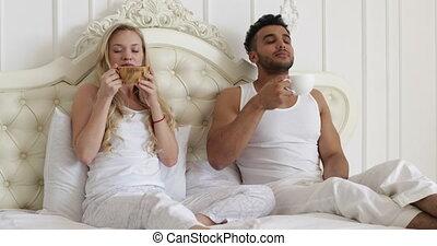szczęśliwy, kawa, kobieta, miłość, romantyczna para, napój, młody, łóżko, uśmiech, kochankowie, rano, człowiek