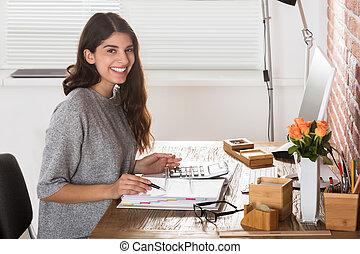 szczęśliwy, kobieta interesu, na, miejsce pracy
