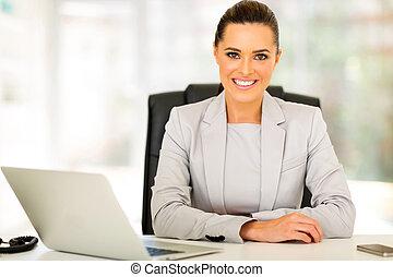 szczęśliwy, kobieta interesu, posiedzenie w biurze