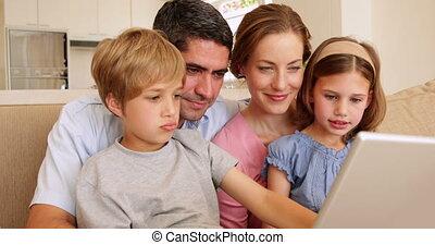 szczęśliwy, leżanka, młoda rodzina, posiedzenie