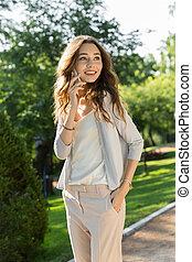 szczęśliwy, młoda kobieta, outdoors, w parku