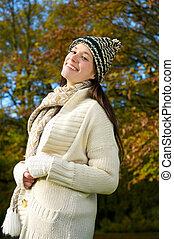 szczęśliwy, młoda kobieta, uśmiechanie się, outdoors, w, jesień