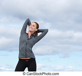 szczęśliwy, młoda kobieta, uśmiechanie się, w, lekkoatletyka, sprzęt