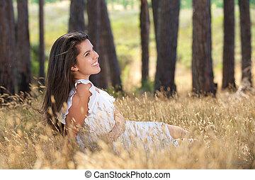 szczęśliwy, młoda kobieta, uśmiechanie się, w, niejaki, łąka
