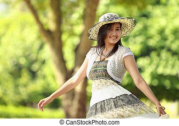 szczęśliwy, młoda kobieta, uśmiechanie się, w, niejaki, park