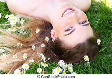szczęśliwy, młoda kobieta, uśmiechanie się, w parku, z, kwiaty