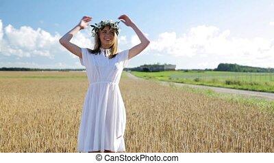 szczęśliwy, młoda kobieta, w, kwiat, wieniec, na, zboże,...