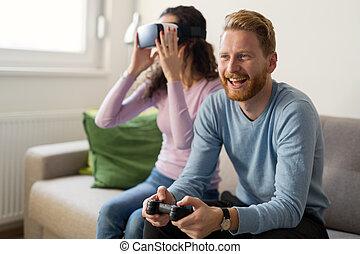 szczęśliwy, młoda para, grając video igrzyska, z, faktyczna rzeczywistość, słuchawki