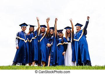 szczęśliwy, młody, absolwenci, grupa