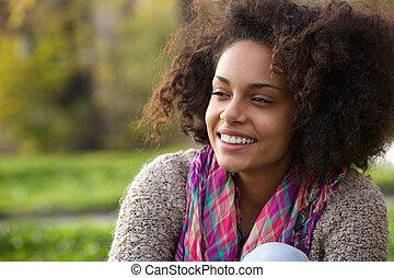 szczęśliwy, młody, afrykańska amerykańska kobieta, uśmiechanie się, outdoors