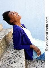 szczęśliwy, młody, afrykańska kobieta, posiedzenie, outdoors, na, kroki
