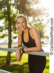 szczęśliwy, młody, blondynka, ma na sobie kobietę, w parku, outdoors.