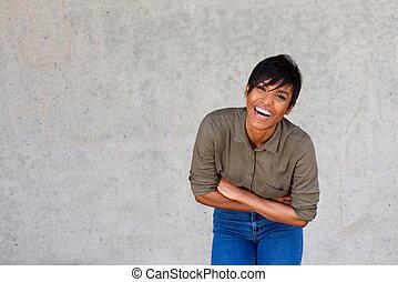 szczęśliwy, młody, czarna kobieta, śmiech, przeciw, szare tło