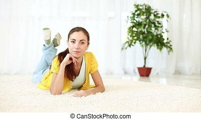 szczęśliwy, młody dorosły, leżący, na, dywan