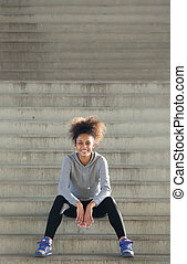 szczęśliwy, młody, ma na sobie kobietę, posiedzenie, kroki, outdoors