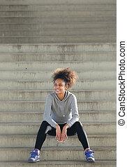 szczęśliwy, młody, ma na sobie kobietę, posiedzenie na kroczy, outdoors