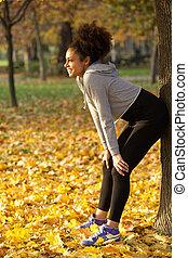 szczęśliwy, młody, ma na sobie kobietę, uśmiechanie się, outdoors, w parku