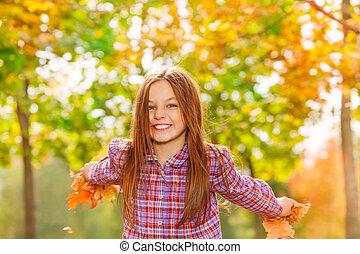 szczęśliwy, mała dziewczyna, rzucić, klonowe listowie, na fali