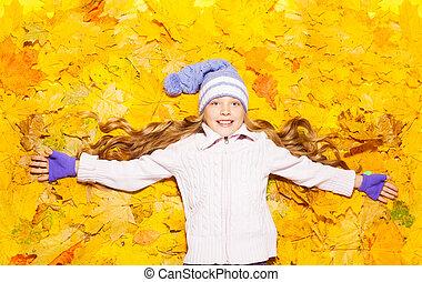szczęśliwy, mała dziewczyna, w, autumn klon odchodzi