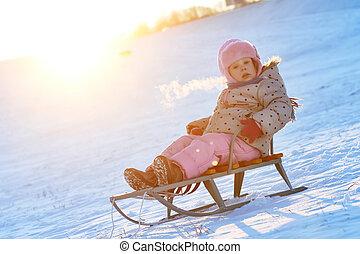 szczęśliwy, mała dziewczyna, w, zima, na, sanie