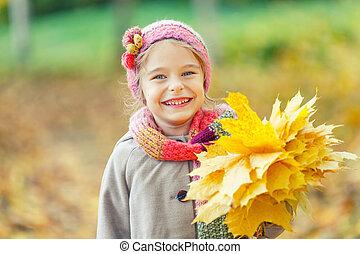 szczęśliwy, mała dziewczyna, z, autumn odchodzi