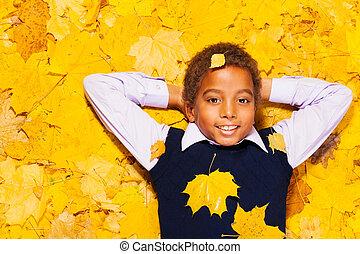 szczęśliwy, mały, czarny chłopiec, w, autumn klon odchodzi