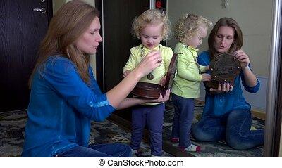 szczęśliwy, macierz, dawać, jej, córka, bransoletki, z, retro, boks, przed, lustro