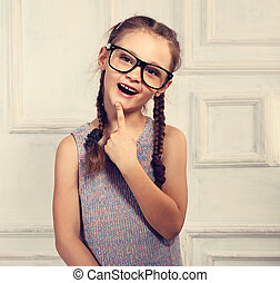 szczęśliwy, myślenie, koźlę, dziewczyna, w, fason, okulary, z, podniecony, emocjonalny, twarz, kibicując, studio, tło., nastrojony, closeup, portret