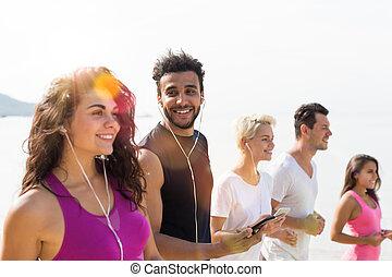 szczęśliwy, prąd, grupa, atak, pracujące ludzie, jogging, mężczyźni, młody, zmieszać, wyścigi, uśmiechanie się, stosowność, joggers, kobiety, sport, plaża, biegacze, poza