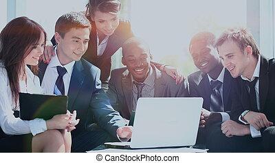 szczęśliwy, pracujący, handlowy zaprzęg, w, nowoczesny, biuro