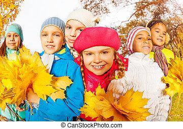szczęśliwy, przyjaciele, z, piękny, liście, grona