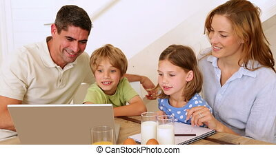 szczęśliwy, razem, rodzina, używający laptop
