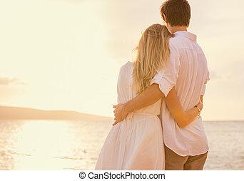 szczęśliwy, romantyczna para, na plaży, na, zachód słońca,...