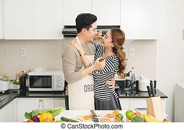 szczęśliwy, sałata, zdrowy, para, przygotowując, świeży, kochający, warzywa, kuchnia