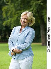 szczęśliwy, starsza kobieta, uśmiechanie się, w parku