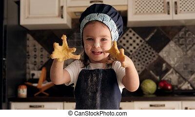 szczęśliwy, three-year-old, mały, ciasto, dziewczyna, interpretacja, kitchen., dom