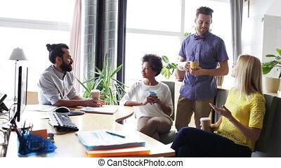 szczęśliwy, twórczy, drużyna, pijąca kawa, w, biuro