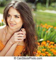 szczęśliwy uśmiechnięty, girl., piękny, brunetka, girl., zdrowy, długi, hair., piękno, wzór, woman., fryzura