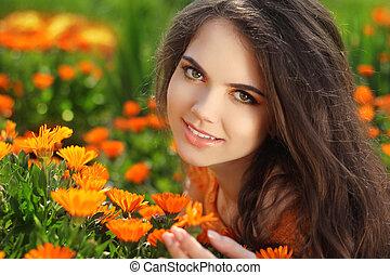 szczęśliwy uśmiechnięty, girl., piękny, romantyk, brunetka, samica, outdoors, portrait., na, nagietek, kwiaty, field., zdrowy, długi, hair., enjoyment.
