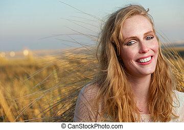 szczęśliwy uśmiechnięty, młoda kobieta, odprężając, outdoors