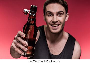 szczelnie-do góry, dzierżawa, młody, piwna butelka, uśmiechnięty człowiek, prospekt