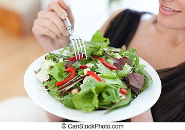 szczelnie-do góry, kobieta jedzenie, sałata